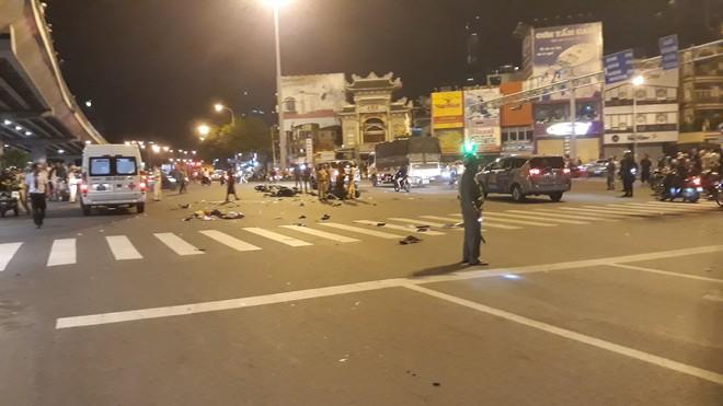 Cận cảnh hiện trường kinh hoàng  vụ ô tô BMW tông hàng loạt xe máy, taxi, nhiều người thương vong ở TP.HCM - Ảnh 1.