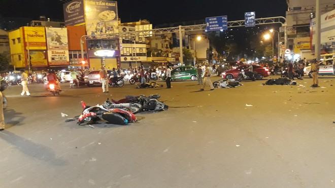 Cận cảnh hiện trường kinh hoàng  vụ ô tô BMW tông hàng loạt xe máy, taxi, nhiều người thương vong ở TP.HCM - Ảnh 3.