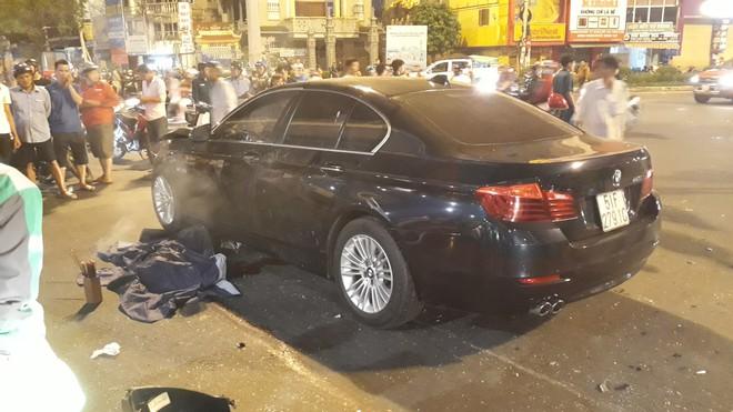Cận cảnh hiện trường kinh hoàng  vụ ô tô BMW tông hàng loạt xe máy, taxi, nhiều người thương vong ở TP.HCM - Ảnh 4.