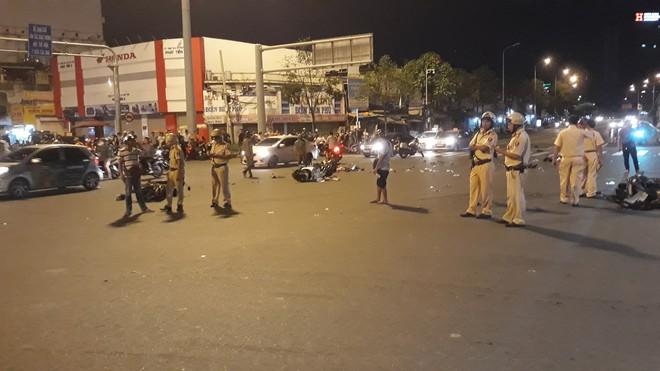 Cận cảnh hiện trường kinh hoàng  vụ ô tô BMW tông hàng loạt xe máy, taxi, nhiều người thương vong ở TP.HCM - Ảnh 5.