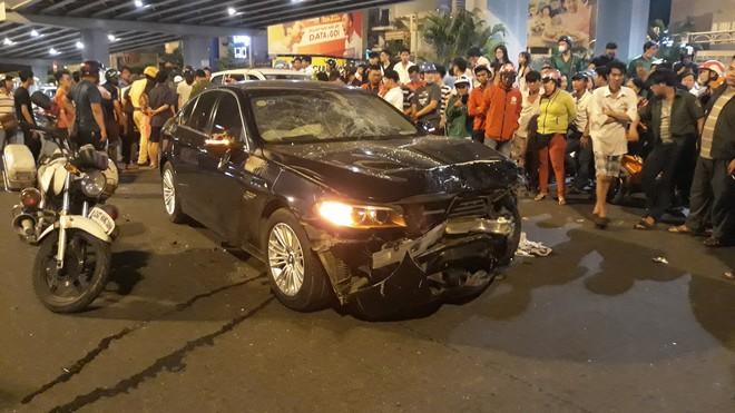 Cận cảnh hiện trường kinh hoàng  vụ ô tô BMW tông hàng loạt xe máy, taxi, nhiều người thương vong ở TP.HCM - Ảnh 10.
