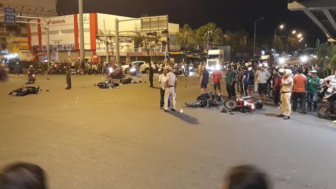 Cận cảnh hiện trường kinh hoàng  vụ ô tô BMW tông hàng loạt xe máy, taxi, nhiều người thương vong ở TP.HCM - Ảnh 11.