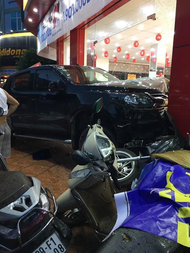 Hiện trường vụ ô tô đâm xe máy, lao vào cửa hàng di động ở Bắc Ninh được chia sẻ liên tục - Ảnh 2.