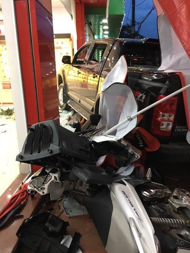 Hiện trường vụ ô tô đâm xe máy, lao vào cửa hàng di động ở Bắc Ninh được chia sẻ liên tục - Ảnh 3.