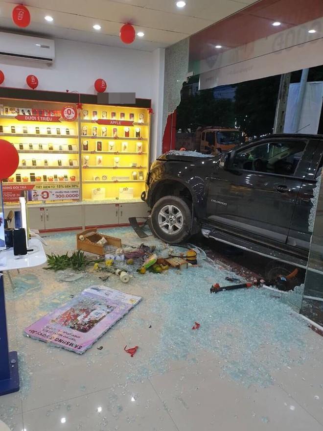 Hiện trường vụ ô tô đâm xe máy, lao vào cửa hàng di động ở Bắc Ninh được chia sẻ liên tục - Ảnh 4.