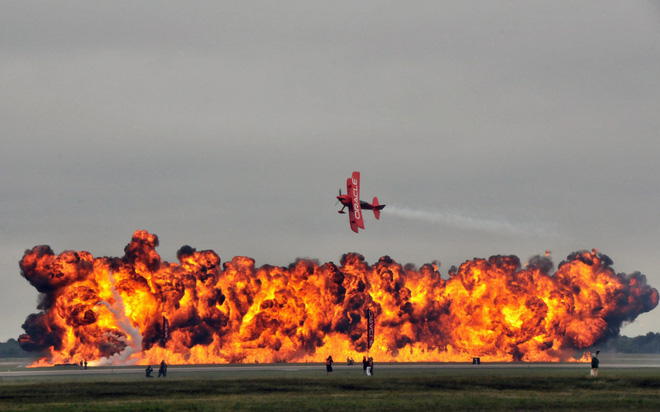24h qua ảnh: Phi công trình diễn nhào lộn máy bay trên biển lửa - Ảnh 3.