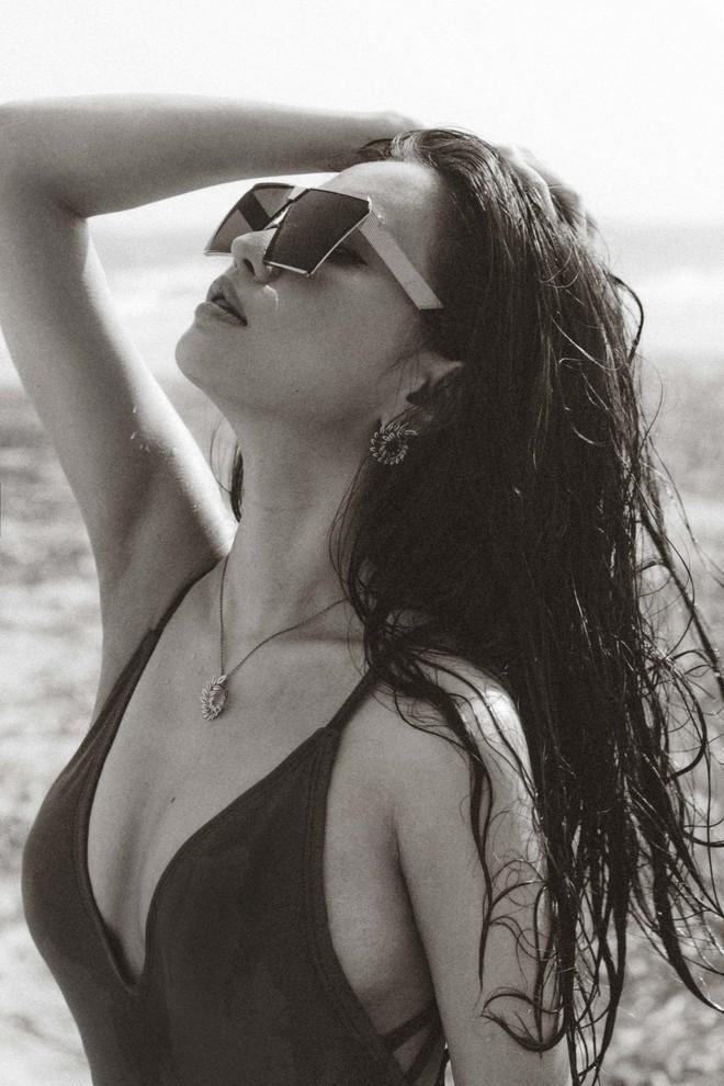 Bích Phương mạnh dạn tung hình ảnh bikini gợi cảm nhất trong sự nghiệp - Ảnh 9.