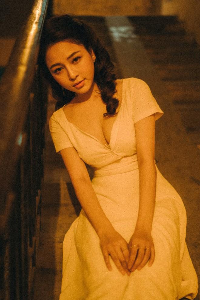 Hot girl Trâm Anh tiếp tục chụp ảnh sexy, hé lộ tin nhắn mời đi khách - Ảnh 1.