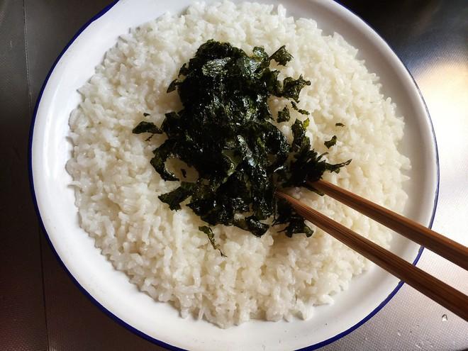 Có cơm nguội lúc nào tôi cũng làm món bánh gạo giòn tan này cả nhà ai cũng thích! - Ảnh 1.