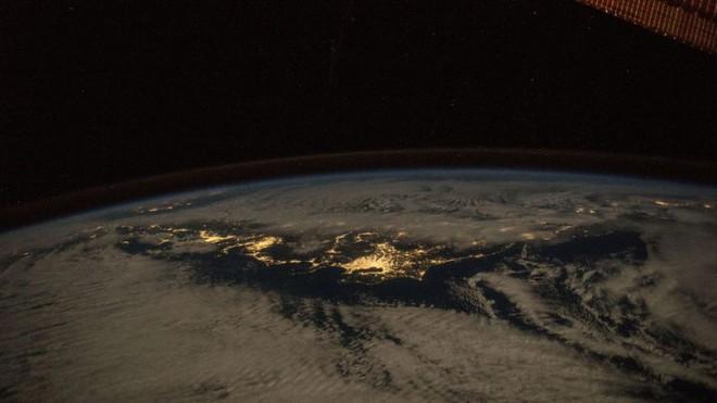 Trái đất đẹp không thể tin nổi dưới góc nhìn của phi hành gia trong gần một năm ngoài vũ trụ - Ảnh 14.