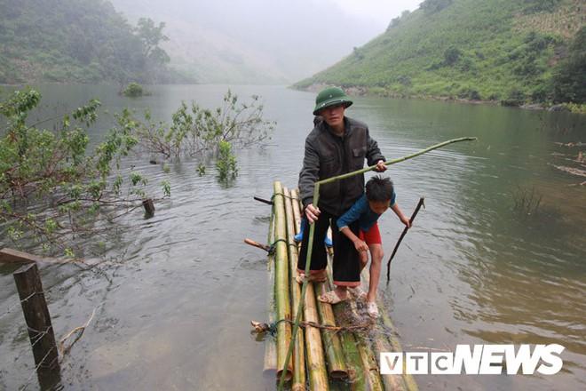 Thung lũng khô cằn đột ngột thành hồ nước và đàn 'cá ma' trong núi chui ra - Ảnh 2.