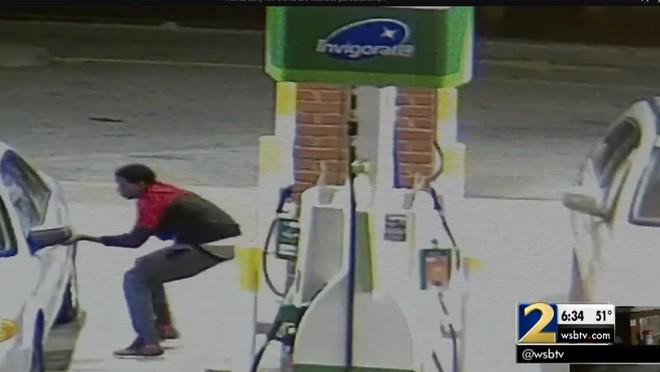 Thấy chiếc túi rơi ở trạm xăng, người đàn ông nhặt lên ai ngờ rước họa vào thân - Ảnh 3.