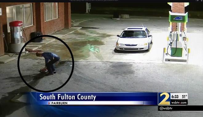 Thấy chiếc túi rơi ở trạm xăng, người đàn ông nhặt lên ai ngờ rước họa vào thân - Ảnh 2.
