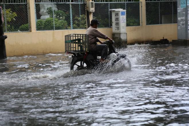 Khu nhà giàu ở Sài Gòn ngập sau mưa lớn, quận 9 xuất hiện mưa đá - Ảnh 1.