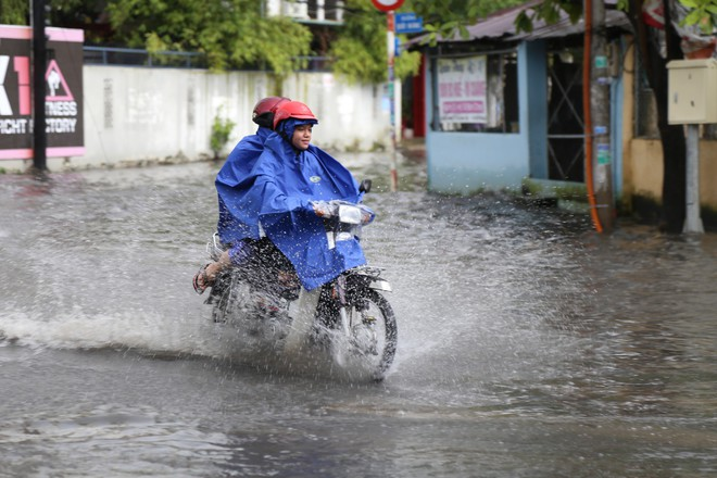 Khu nhà giàu ở Sài Gòn ngập sau mưa lớn, quận 9 xuất hiện mưa đá - Ảnh 2.