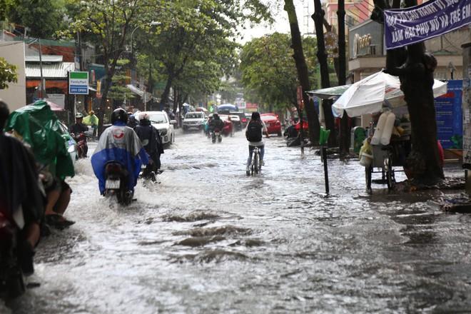 Khu nhà giàu ở Sài Gòn ngập sau mưa lớn, quận 9 xuất hiện mưa đá - Ảnh 3.