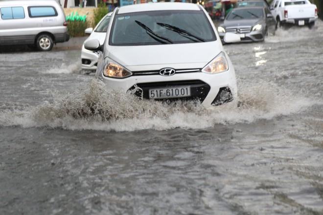 Khu nhà giàu ở Sài Gòn ngập sau mưa lớn, quận 9 xuất hiện mưa đá - Ảnh 4.