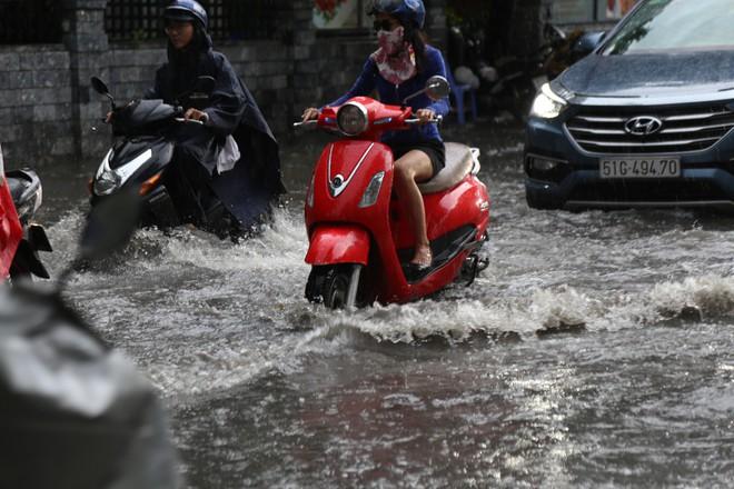 Khu nhà giàu ở Sài Gòn ngập sau mưa lớn, quận 9 xuất hiện mưa đá - Ảnh 5.