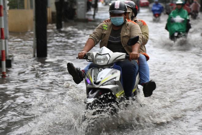Khu nhà giàu ở Sài Gòn ngập sau mưa lớn, quận 9 xuất hiện mưa đá - Ảnh 6.
