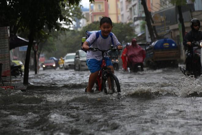 Khu nhà giàu ở Sài Gòn ngập sau mưa lớn, quận 9 xuất hiện mưa đá - Ảnh 7.