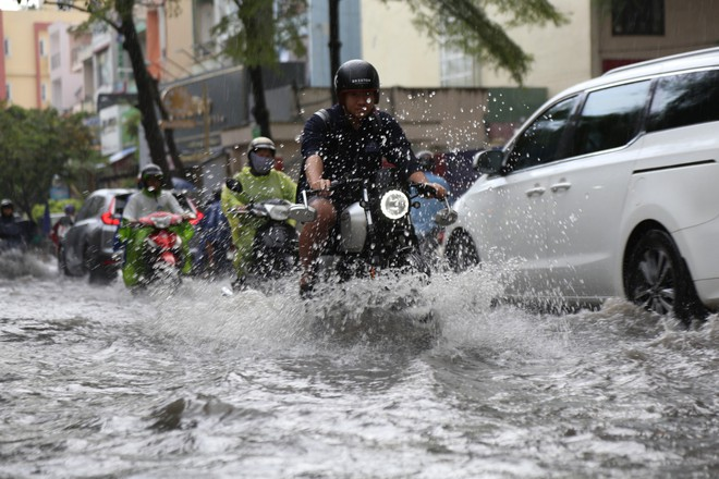 Khu nhà giàu ở Sài Gòn ngập sau mưa lớn, quận 9 xuất hiện mưa đá - Ảnh 8.