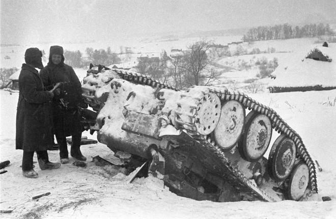 Không kích Berlin thành công, binh sĩ Liên Xô được thưởng khoản tiền đủ mua 100 kg thịt - Ảnh 1.