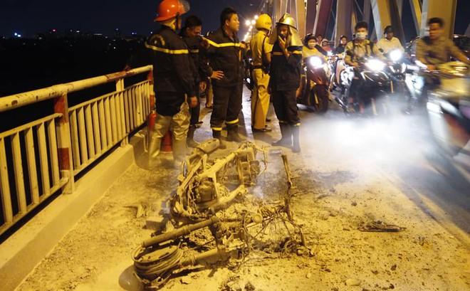 Xe máy bốc cháy dữ dội trên cầu Chương Dương đúng giờ cao điểm, giao thông tê liệt