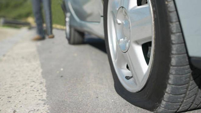 Ô tô bị nổ lốp bất ngờ cần xử lý như thế nào? - Ảnh 1.