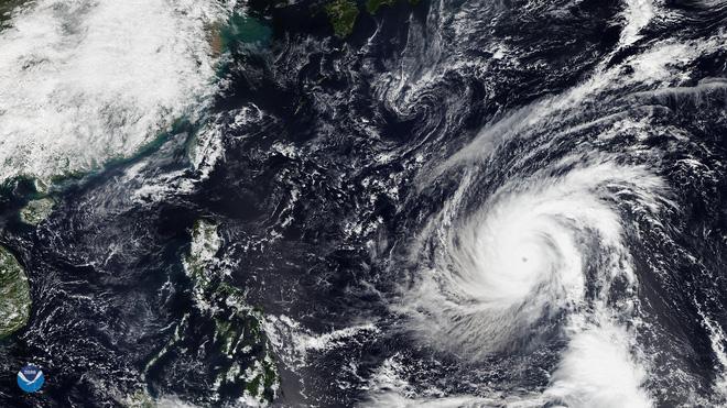 Siêu bão mạnh nhất năm 2018 tiếp tục tiến về Đông Nam Á: Hình ảnh dữ dội từ vệ tinh NASA - Ảnh 2.