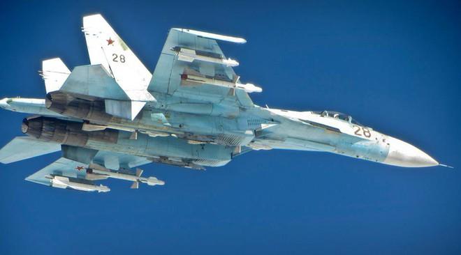Nếu F-22 Mỹ để tiêm kích Su-35 Nga nắm thắt lưng, điều gì sẽ xảy ra? - Ảnh 1.