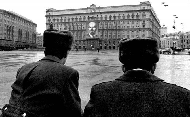 Tình báo Nga vạ lây vì các thất bại thời Liên Xô: Những hành lý đầy tiền và tài liệu mật - Ảnh 1.