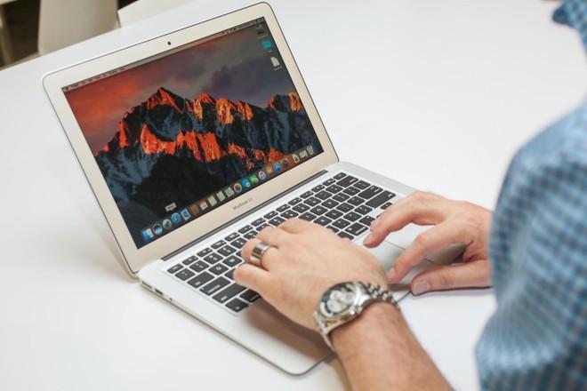 Apple sẽ ra mắt một chiếc laptop bí ẩn tuần tới, đây là những gì chúng ta đã biết về nó - Ảnh 1.