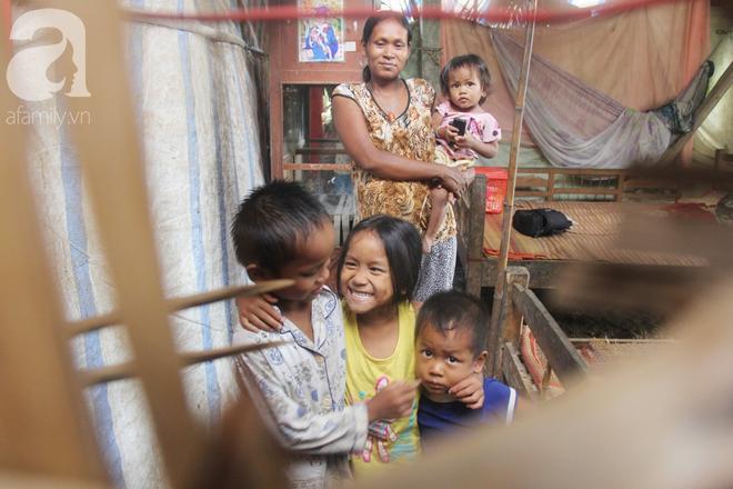 Hai lần đẻ rớt tại nhà, 4 đứa trẻ đói ăn bên người mẹ bầu 8 tháng không thể mượn được 500 ngàn để đi bệnh viện - Ảnh 1.