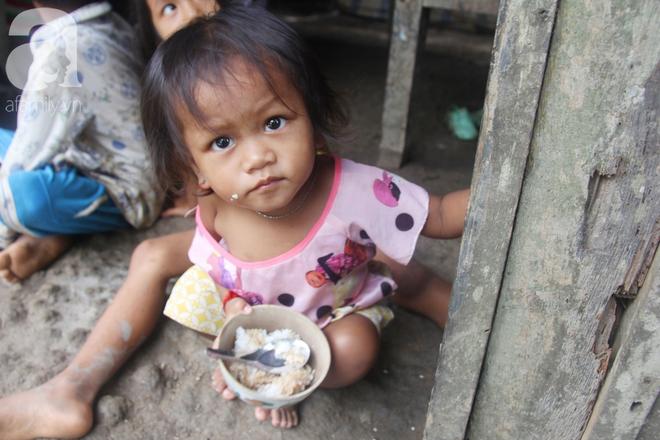 Hai lần đẻ rớt tại nhà, 4 đứa trẻ đói ăn bên người mẹ bầu 8 tháng không thể mượn được 500 ngàn để đi bệnh viện - Ảnh 2.