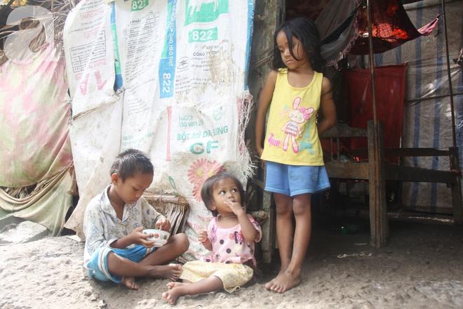 Hai lần đẻ rớt tại nhà, 4 đứa trẻ đói ăn bên người mẹ bầu 8 tháng không thể mượn được 500 ngàn để đi bệnh viện - Ảnh 11.