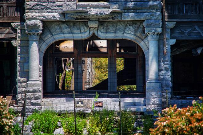 """Carleton Villa: Biệt thự nguy nga tráng lệ giờ chỉ là đống đổ nát hoang tàn bởi """"lời nguyền"""" tang tóc làm cả gia tộc lụi tàn - Ảnh 16."""