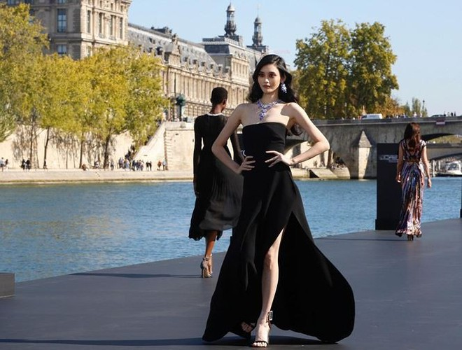 Siêu mẫu Victoria's Secret gốc Hoa khoe lưng trần quyến rũ ở Paris   - Ảnh 13.