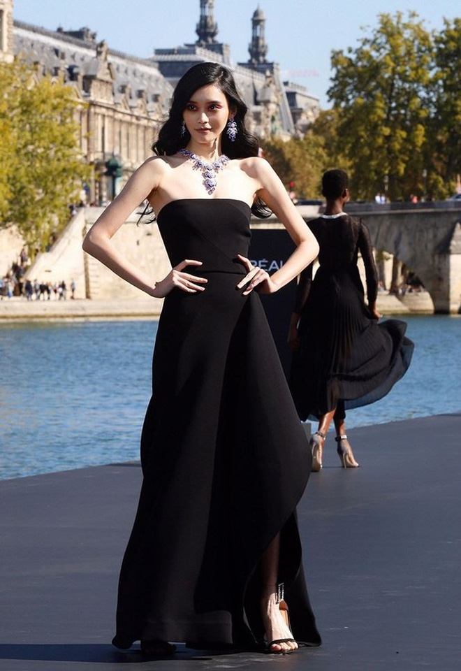 Siêu mẫu Victoria's Secret gốc Hoa khoe lưng trần quyến rũ ở Paris   - Ảnh 14.