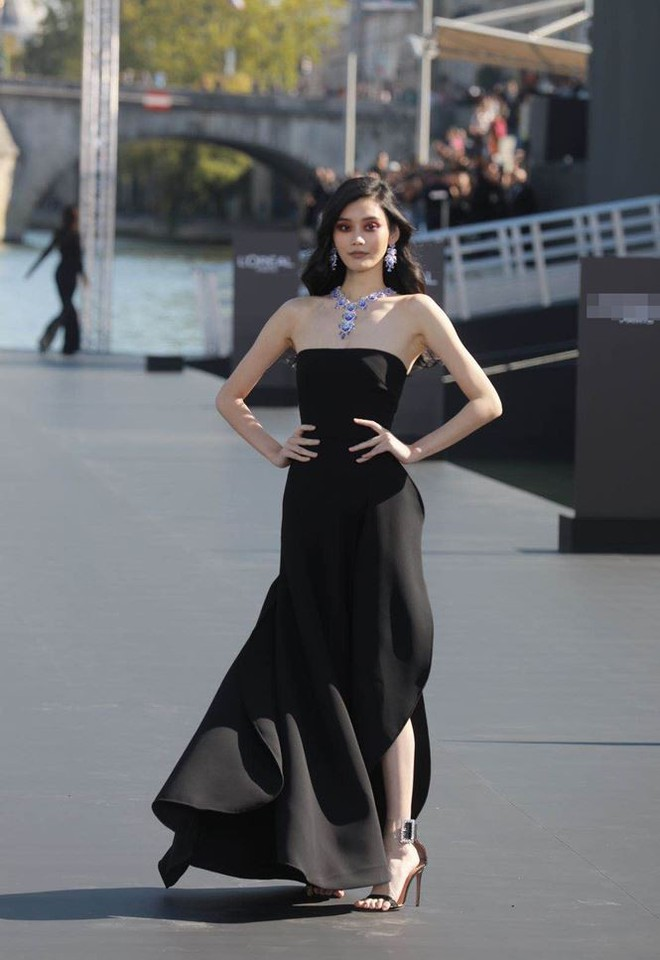 Siêu mẫu Victoria's Secret gốc Hoa khoe lưng trần quyến rũ ở Paris   - Ảnh 15.