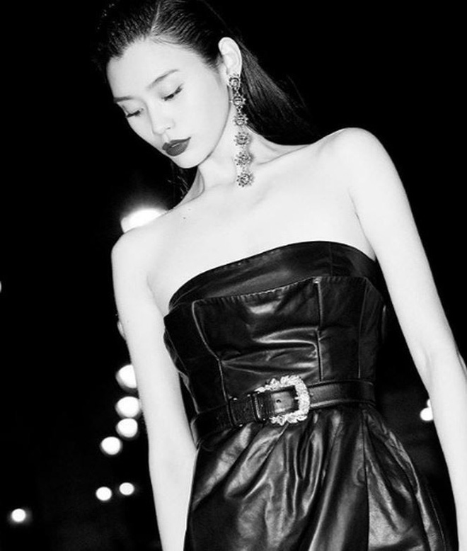 Siêu mẫu Victoria's Secret gốc Hoa khoe lưng trần quyến rũ ở Paris   - Ảnh 19.