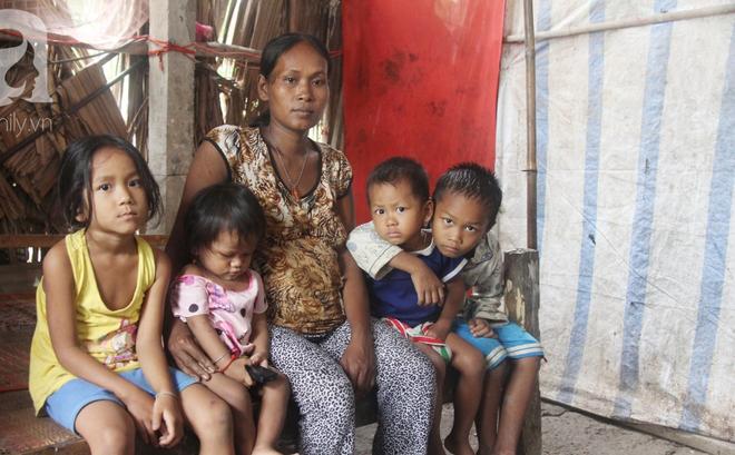 Hai lần đẻ rớt tại nhà, 4 đứa trẻ đói ăn bên người mẹ bầu 8 tháng không thể mượn được 500 ngàn để đi bệnh viện