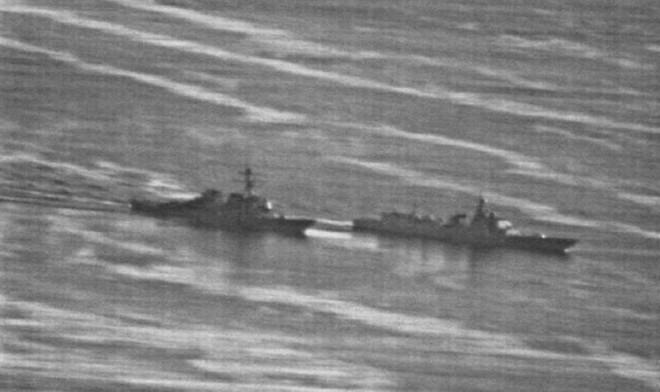 Cận cảnh pha chặn đầu cực nguy hiểm của chiến hạm TQ với tàu khu trục Mỹ tại Đá Ga Ven - Ảnh 2.