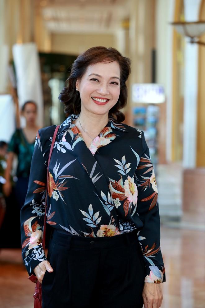 NSND Lê Khanh tái xuất màn ảnh sau 10 năm, làm vợ danh hài Hoàng Sơn - Ảnh 1.
