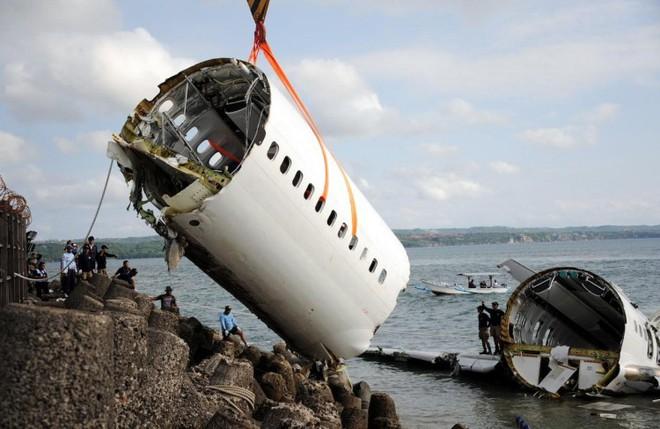 Chỗ ngồi nào an toàn nhất và có cơ hội sống sót nhiều nhất trên máy bay? - Ảnh 2.