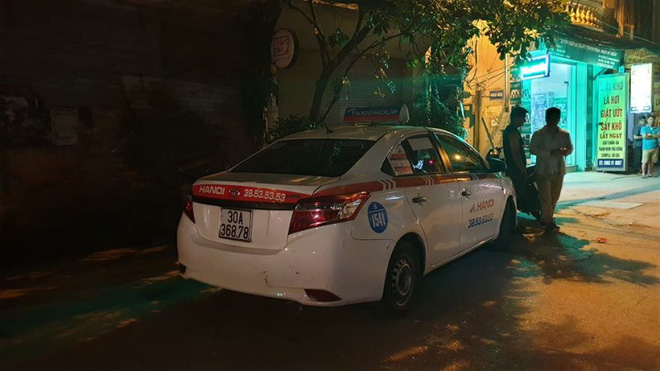 Lái xe Mazda CX5 chèn xe qua người tài xế taxi giữa phố Hà Nội - Ảnh 1.