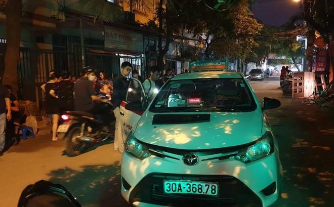 Lái xe Mazda CX5 chèn xe qua người tài xế taxi giữa phố Hà Nội