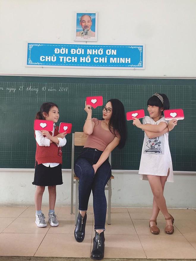 Từ một tấm ảnh chụp trộm, cô giáo tiểu học được săn lùng vì thân hình nóng bỏng - Ảnh 3.