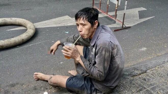 Người đàn ông uống vội cốc nước bên cạnh đống rác thải khiến bao người nín lặng, xúc động - Ảnh 2.