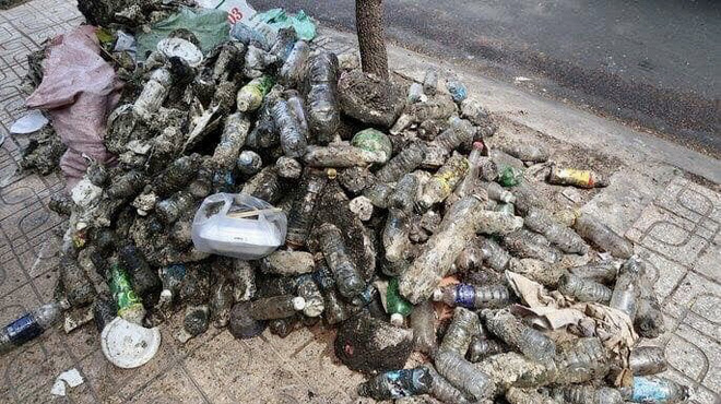 Người đàn ông uống vội cốc nước bên cạnh đống rác thải khiến bao người nín lặng, xúc động - Ảnh 3.