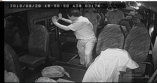 Chủ tịch Đà Nẵng ra công văn khẩn yêu cầu CATP xử lý thanh niên cầm dao tấn công, ném đá xe buýt  - Ảnh 1.